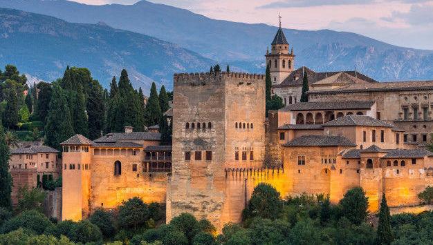 alhambra-granada-atardecer-espana_48663-42