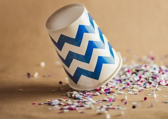 color_cup_down_falling_queda_white_blue_dots