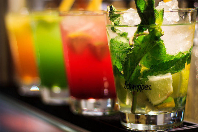cocktail; cor; bar