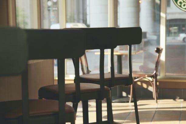 cadeiras_vazio_café