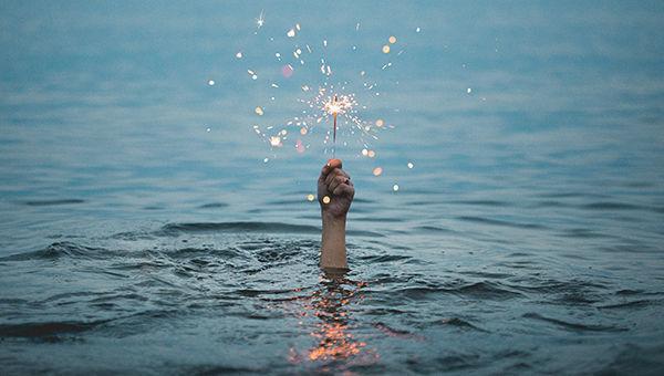 mano mare acqua luce